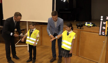 High-visibility jackets and bags to schoolchildren from Lithuanian Embassy