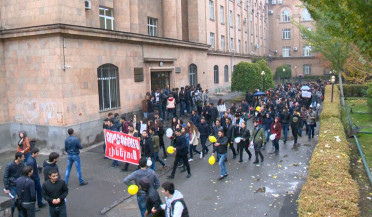Students march against elimination of military service postponement