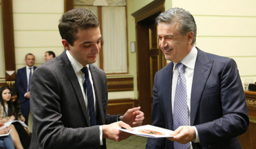 PM awards certificates to RPA Andranik Margaryan college graduates