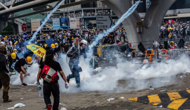 International news: Police use tear gas against Hong Kong protesters